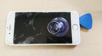 iPhoneのガラスの隙間にピックを差し込みます