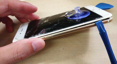 iPhoneの画面と本体のツメを外す