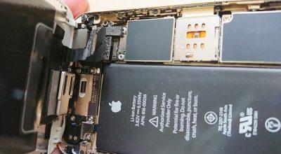 iPhoneの画面と本体につながっている線を外す